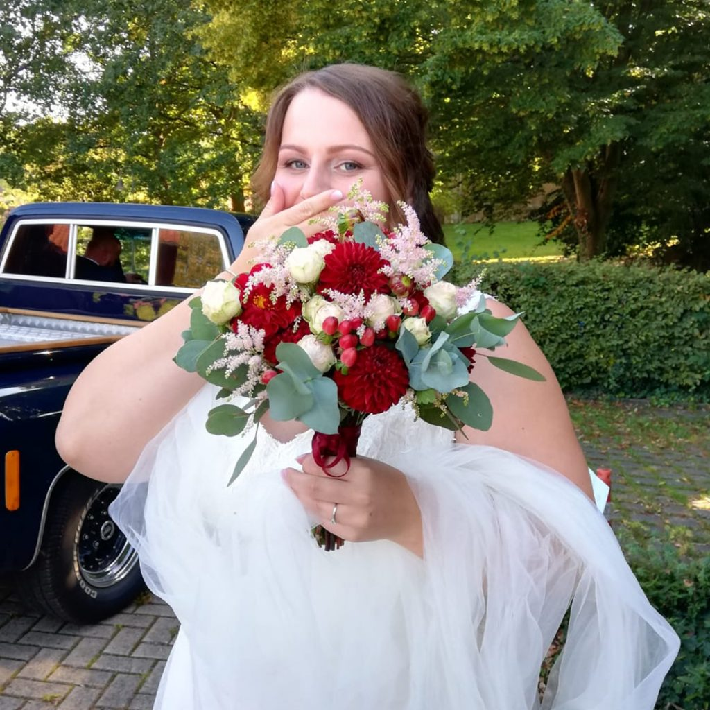 wedding-annasart-hochzeit-fine-art-papeterie-ida-bride-braut-brautstrauss-inspiration-burgundy-flower-strauss