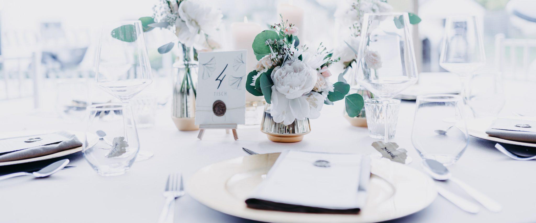 wedding-hochzeit-fine-art-papeterie-Jasmin-Tischnummer-gold-siegel-tisch-konzept-dekoration