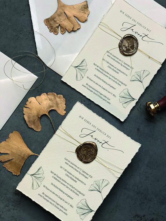 wedding-hochzeit-fine-art-papeterie-gold-wachssiegel-siegel-buettenpapier-einladung-flatlay-siegelstempel-ginkgo