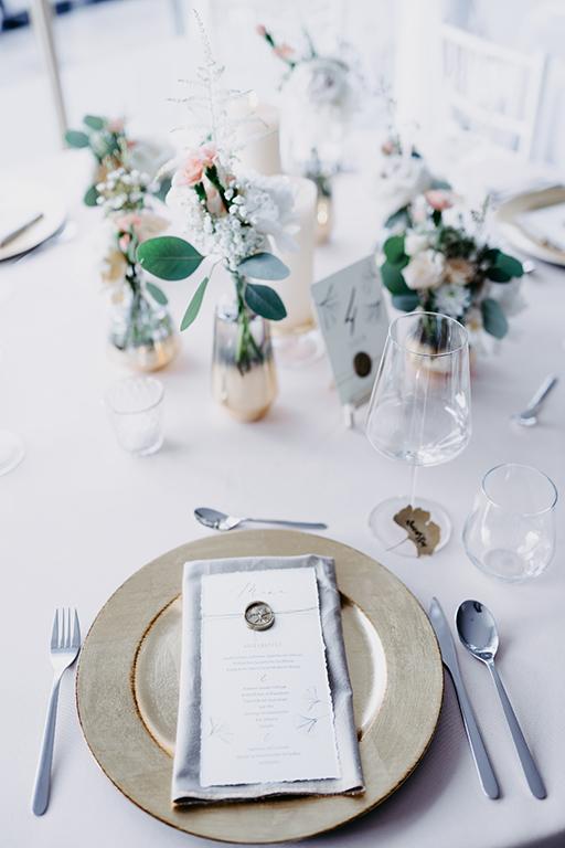 wedding-hochzeit-fine-art-papeterie-gold-siegel-buettenpapier-menukarte-tisch-dekoration-blumen-tischkozept