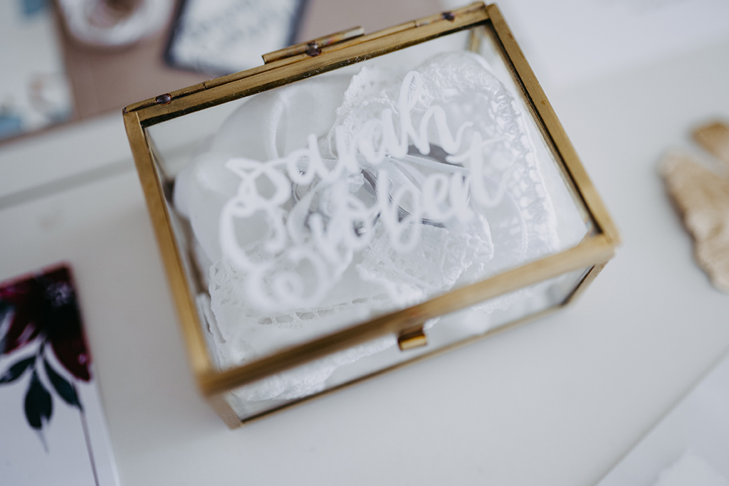 wedding-hochzeit-wedding-fine-art-papeterie-sarah-greenery-eucalyptus-ringbox-gold-glas-lettering