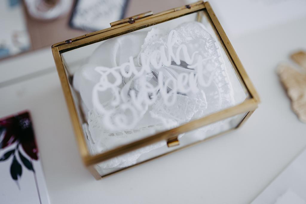 wedding-hochzeit-wedding-fine-art-papeterie-sarah-greenery-eucalyptus-ringbox-gold-glas-lettering