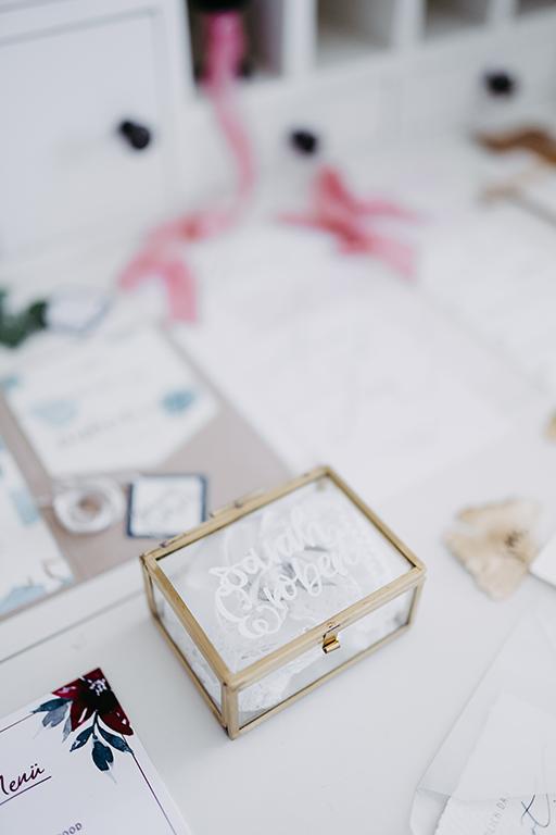 wedding-hochzeit-wedding-fine-art-papeterie-sarah-greenery-eucalyptus-ringbox-gold-glas-lettering-flatlay