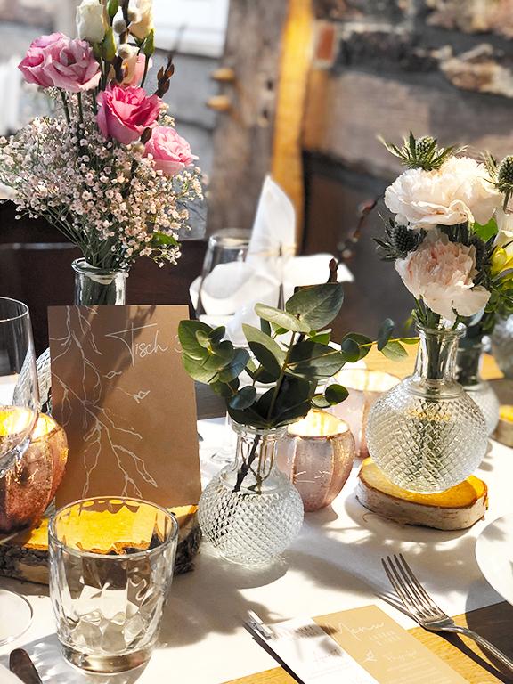 wedding-hochzeit-fine-art-papeterie-kraftpapier-vintage-weiss-rosa-menu-karte-tischnummer-card-place-dekoration-konzept
