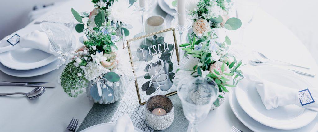 wedding-hochzeit-fine-art-papeterie-sarah-greenery-eucalyptus-tisch-dekoration-tischnummer-konzept