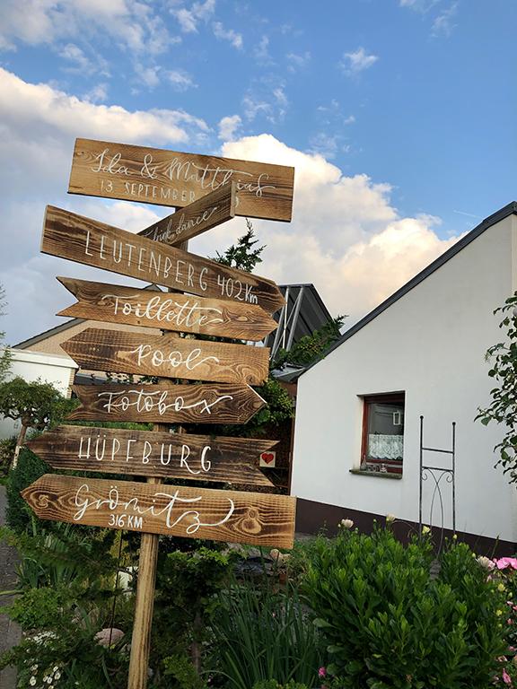 wedding-hochzeit-fine-art-wegweiser-holz-handlettering-lettering