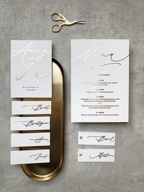 wedding-hochzeit-fine-art-papeterie-einladung-menu-placecard-goldveredelung-flatlay-karten
