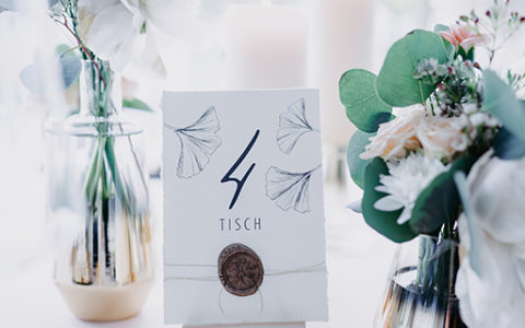 wedding-hochzeit-fine-art-papeterie-gold-siegel-buettenpapier-tischnummer-tisch-dekoration
