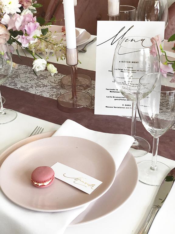 wedding-hochzeit-fine-art-papeterie-einladung-goldveredelung-flatlay-karten-placecard-namensschilder-namenskarten-konzept-dekoration-tisch