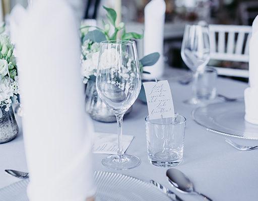 wedding-hochzeit-fine-art-papeterie-jana-minimalistisch-transparent-weiss-modern-zart-tisch-konzept-blumen-place-gastgeschenk-wunderkerzen