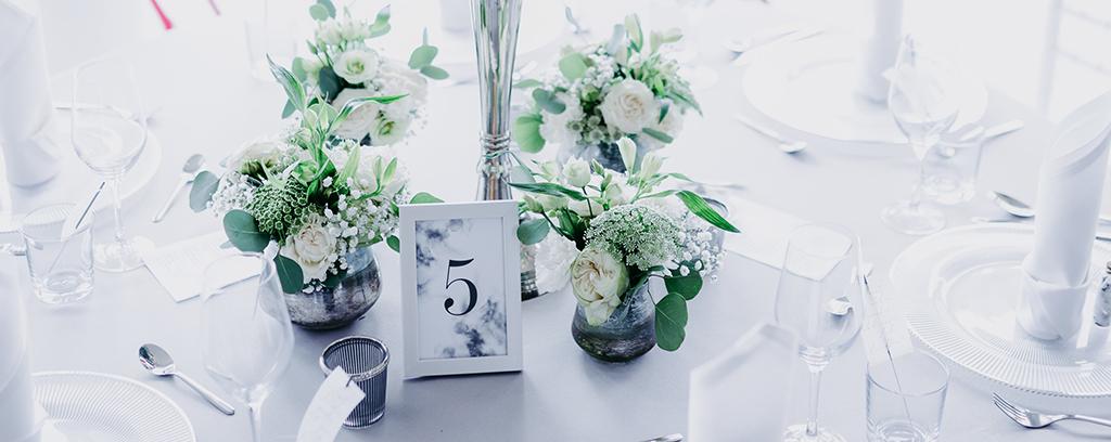 wedding-hochzeit-fine-art-papeterie-jana-minimalistisch-transparent-weiss-modern-zart-tisch-konzept-blumen-tischnummer