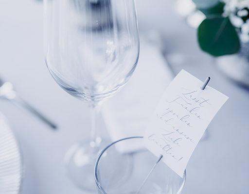 wedding-hochzeit-fine-art-papeterie-jana-minimalistisch-transparent-weiss-modern-zart-tisch-konzept-blumen-wunderkerzen