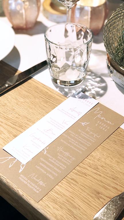 wedding-hochzeit-fine-art-papeterie-kraftpapier-vintage-weiss-rosa-menu-karte-card-place-dekoration-konzept