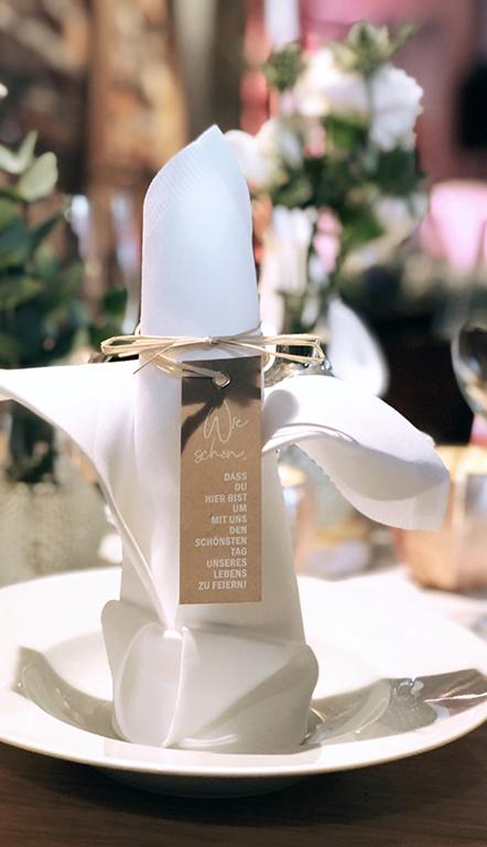wedding-hochzeit-fine-art-papeterie-kraftpapier-vintage-weiss-rosa-placecard-schoen-das-du-da-bist-tisch-dekoration-konzept