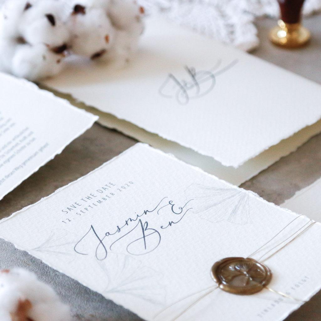 annasart-grafikstudio-papeterie-jasmin-Beitrag-gold-siegel-buettenpapier-save-the-date-close